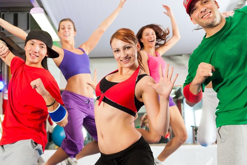 In forma divertendosi ballando in gruppo