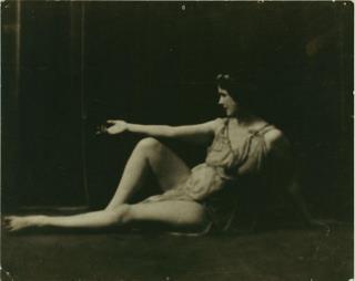 Isadora Duncan indossa una tunica ispirata ai vasi greci, foto Arnold Genthe 1916