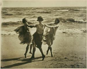 Isadora Duncan danza su una spiaggia, foto Arnold Genthe 1915